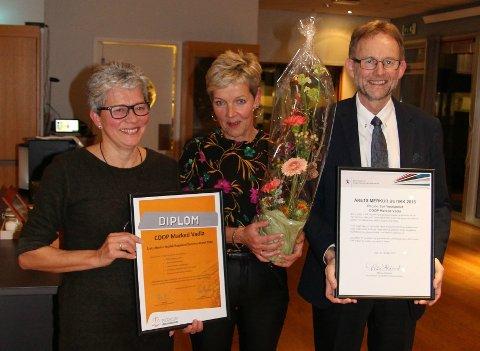 Butikksjef Hanne Karin Natland (i midten) tok imot butikkprisen av seniorrådgivar Per Kjetil Jørgensen i Merkur-programmet. Helene Hauge (til venstre) er nestkommanderande i butikken. (Foto: Merkur-programmet)