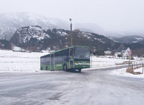 SKAL FJERNES: Bussen ble stående og skoleeleven om bord fikk skyss til skolen. Viking Redningstjeneste skal hente bussen.