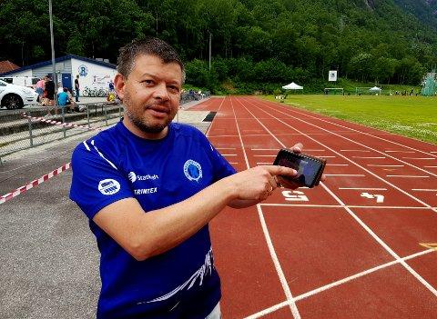 HELPROFT OPPLEGG: Når Rjukan friidrett arrangerer stevne, kan man følge det hele omtrent som et Golden League-stevne via skjermen på mobil eller PC. Ole-Kristian Samuelsen er hjernen bak den imponerende appen.