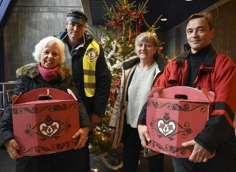 Utdeling: Jorunn Tryti Olsen, Arvid Løver, Ellen Solberg Eliassen og Simon Løvik delte mandag ut matesker til dem som trenger litt ekstra i matskapene sine nå før jul.