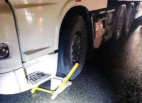 STOPPET: Statens Vegvesen satte klamp på hjulet til vogntoget da det kom til Notodden.