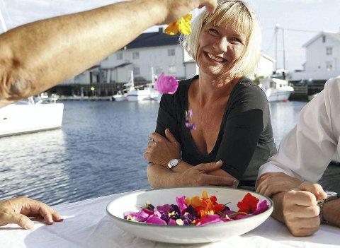 LANGVEISFARENDE: Heidi Rognskog og Samvirke organiserte kurs med kokker importert fra Italia i fjor sommer. Lokal fisk og lokale produkter var i fokus. Matglade kokkelurer og kunstnere vender stadig tilbake til Smøla.   Foto: Wigdis Wollan
