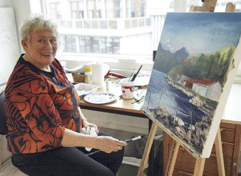 Maleri: Signe Bach maler og selger maleriene sine i Hauggata. Dagens maleri er av et motiv fra Vesterålen.