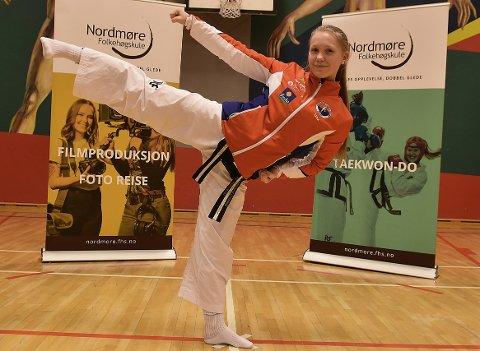Una Langeland Gravvold har gjort det veldig bra i en stor internasjonal turnering i taekwondo, der utøverne spiller inn sitt bidrag og leverer digitalt.