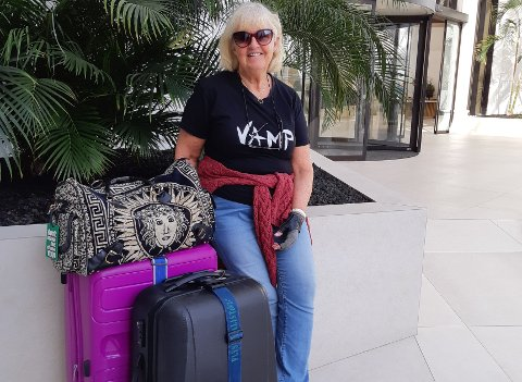 """Heidi Engesvik Gjerde har pakket koffertene og er klar for å reise hjem etter flere """"sandfaste"""" dager på Tenerife. - Vi kommer hjem til Sunndalsøra i natt, tre døgn forsinket. Det skal bli godt, uttaler Gjerde."""