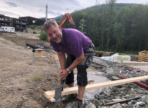 OPPDRAG: Byggmester Øyvind Svinvik fikk oppdraget med å lage en paviljong i lekearealet i Svartvassområdet i Surnadal, et område der det stadig bygges både hus, leiligheter og områder for lek og aktivitet.