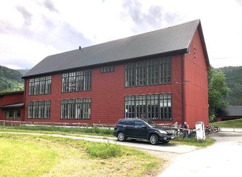 DIALOG: Ordfører og kommunedirektør går i dialog med grendelag og innbyggere i Todalen for å finne ut hva som skal skje med bygget som fram til nå har vært lokale for skole i bygda.