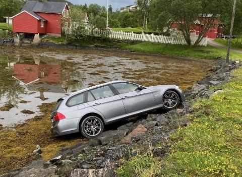 """""""Spøling"""" med bilen førte til utforkjøring i Fjæra."""