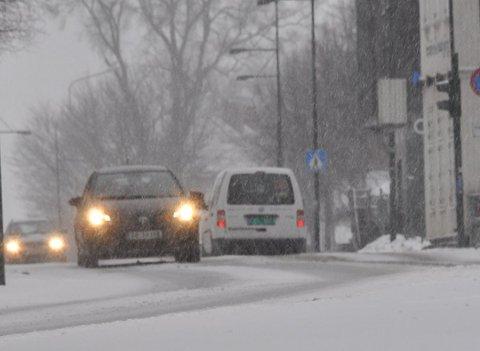 SNØ: Tirsdag er det varslet snø og tidsvis vanskelige kjøreforhold. Har du ikke på vinterdekk bør du la bilen stå.