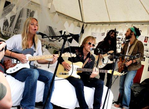 TIL NØTTERØY: Øystein Greni kommer til Nøtterøy kulturhus lørdag. Her fra Slottsfjellfestivalen i 2010 da  Øystein Greni holdt spontankonsert med Lissie backstage.