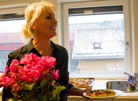 JULEGLEDE: Carin Brunsell mottok Tønsbergs Blads juleglede mens hun serverte lunsj til sultne journalister.