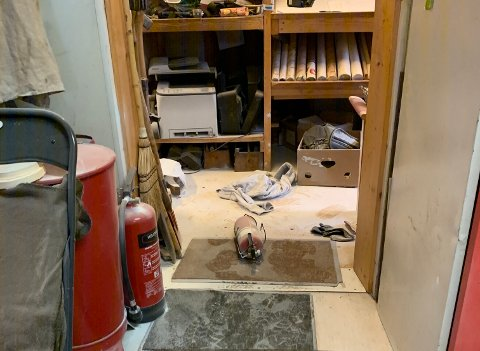 INNBRUDD OG HÆRVERK: Tyvene som har brutt seg inn har både rasket med seg elektronisk utstyr og tømt ut to pulverapparater inne i brakkene.