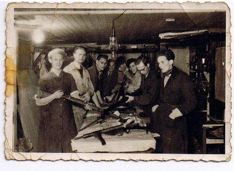 I SKJUL: Thorbjørn Andersen husker godt flere av mennene på bildet. Fra venstre står Arne Kjell Johansen, Rolf Borge, Tellef Johnsen, Arne H Larsen og Håkon Rønning. Hvem de andre er, er usikkert.