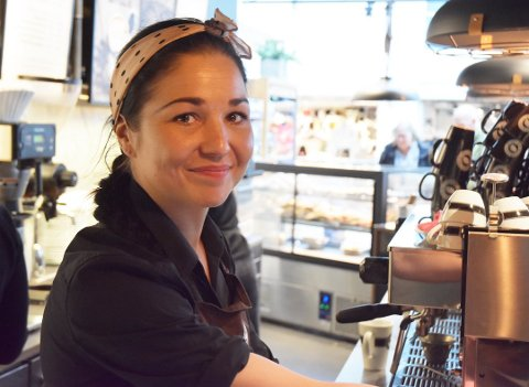 TILBAKE: Nicolina Vartiainen er tilbake i disken hos Espresso House i Farmandstredet. Kaféen var stengt i to måneder på grunn av koronatiltakene.