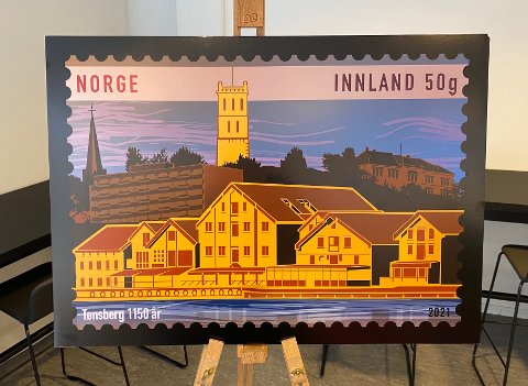 BYEN: Frimerket er designet av Jørn O. Jøntvedt og viser Slottsfjellet, Slottsfjellet skole, Tønsberg domkirke, Hotel Klubben, samt brygga og kanalen i front.