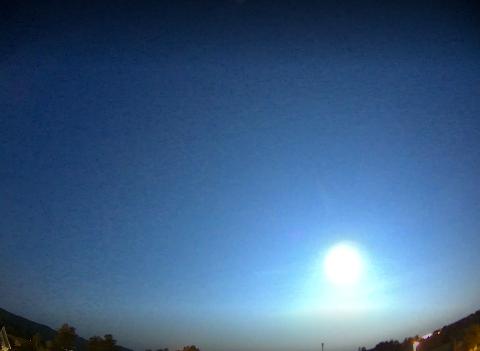 STERKT LYS: Bildet er tatt fra en meteorkamerarigg i Larvik natt til søndag.