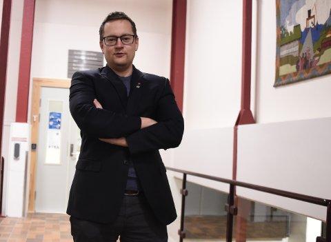 OPPHEVER PÅBUD: Stjørdals-ordfører Ivar Vigdenes varsler at kommunen ikke forlenger påbudet om bruk av munnbind. Samtidig videreføres påbudet ved Trondheim lufthavn Værnes.