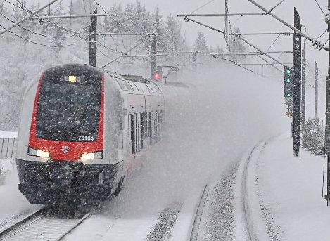 Toget er forsinket på grunn av en feil mellom Vegårshei og Nelaug et sted.