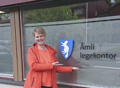 SKAL JOBBE HER: Laila Nylund er enhetsleder for helse og omsorg i Åmli kommune. Nå ser det endelig ut til at kommunen får besatt den legestillingen som har vært ledig lenge.Privat foto