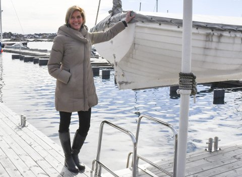 Lesley Ann Sand: Er fra USA, men har feriert på Askerøya i 40 år. Nå har hun flyttet til Gjeving, der hun sammen med Rolf Chr. Jerving skal bygge opp et nytt programvareselskap. Foto: Olav Loftesnes