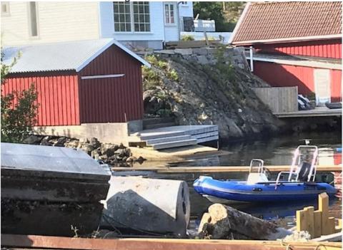 Det er brygga over slippen midt i bildet som Arendal kommune mener er ulovlig utført. Nå får huseier krav om å rydde opp.