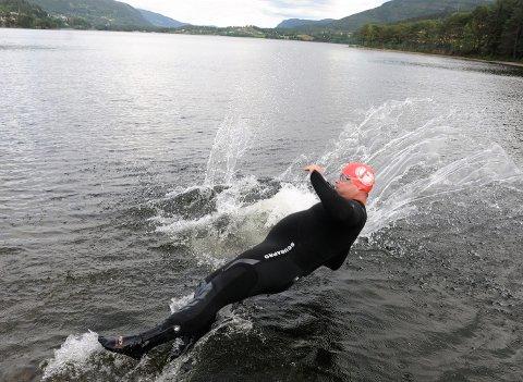 Hopper uti: Peter Jankov tilvenner seg raskt det 13 grader kalde vatnet i Strandefjorden.