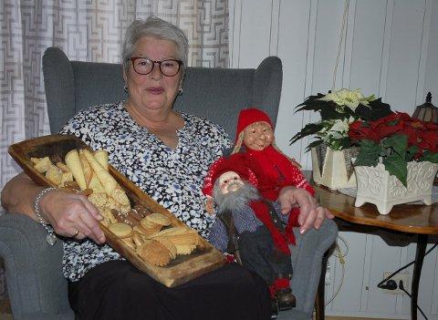 Klar til julekos: De fleste kakene er klare, noen nisser og juleblomster er funnet fram. Berit Åsli er snart klar til jul.