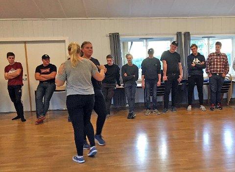 SWINGET SEG: 37 ungdommer fra hele Akershus deltok på swingkurs tirsdag 11. september. Lørdag 29. september får de testet danseskoene på fest.
