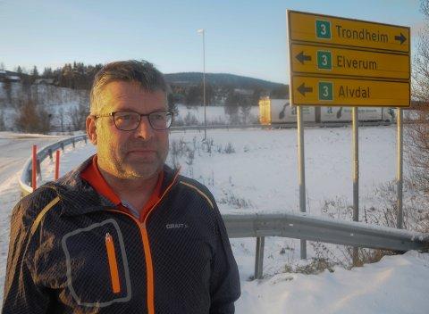 STÅR FOR KRITIKKEN: - Jeg har bare fått høre godord om at jeg gikk ut med kritikk mot brøytingen på riksveg 3 i Østlendingen lørdag, sier Knut Brevad.