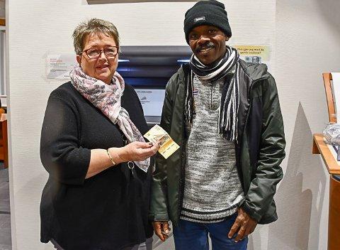 Banksjef Bente Christensen med seddelen Allam Abdelshafie fant foran Sparebanken Sørs minibank i Tvedestrand sentrum onsdag. Den viste seg å ha ligget der ganske lenge.