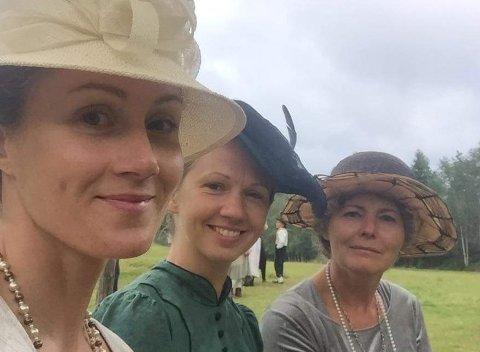 Marit iført den omtalte hatten i brunt, sammen med to andre statister i Farmen.