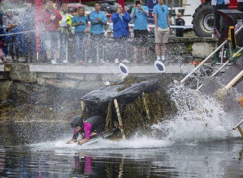 GJEKK UNDER: Då «Nessie» traff vassflata gjekk det rett ned for Marianne Undertun, men ho kom seg opp og svømte inn til siger for tittelforsvararane frå 2014.