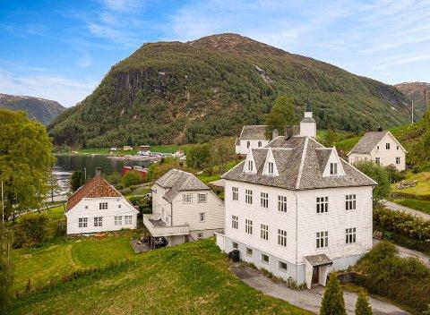 IDYLL: Huset som skal seljast i Brekke i Gulen har fått eit lågt prisframlegg trass størrelsen og dei idylliske omgivnadane. Når ein ser innsida av huset blir det tydeleg at den største utgifta kan bli oppussing.