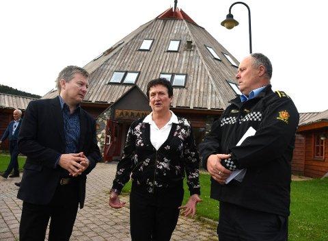 Fylkesmann Hill-Marta Solberg, her i Tysfjord. Foto: Øyvind A. Olsen