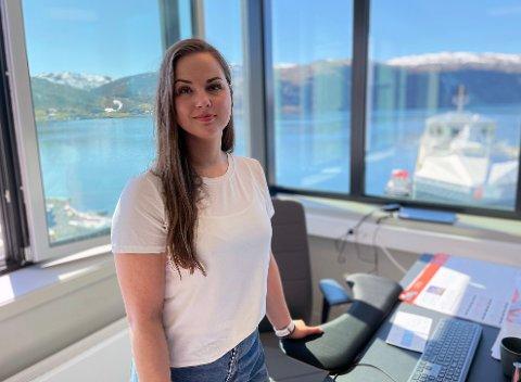 PANORAMAUTSIKT: Liza-Mari Widnes Isaksen på kontoret sitt på NRS sitt settefiskanlegg i Dåfjord. Herfra leder 29-åringen smoltsatsingen til 750 millioner kroner.