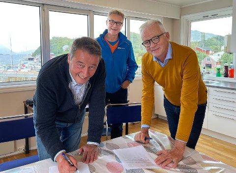 Underskriver: Styreleder Tarald Sivertsen (t.v.) i Folla Alger og administrerende direktør Knut Ellekjær i Cermaq Norway undertegner avtalen i nærvær av fiskeri- og sjømatminister Odd Emil Ingebrigtsen.