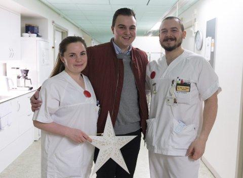 Karl-Kristian Hatletvedt Kristensen (21) sammen med sykepleierne Linn Stenseide og Hein A. Olson på kreftpost 2. De tre fikk god kontakt i løpet av de fire månedene Karl-Kristian var innlagt på posten. FOTO: MAGNE TURØY