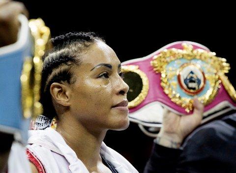 Cecilia Brækhus forsvarte sine fem titler mot russiske Inna Sagajdakovskaja i Moskva i juli. Nå er The First Lady kommet med i Guinness rekordbok.