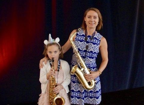 Eva Edvardsen (7) og moren Anette Edvardsen synes det var stas å få prøve diverse instrumenter.