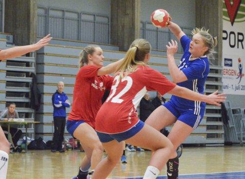 Årstads håndballdamer og Anna Sture (blå drakt) i torsdagens treningskamp mot Fana 2. De sikter mot opprykk i klubbens jubileumsår.
