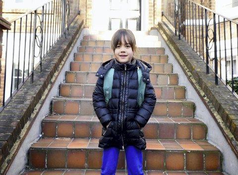 I en alder av 7 år kan Una Lin Rostrup (7) flytende norsk, mandarin og engelsk. På skolen lærer hun også japansk. – Jeg snakker norsk med pappa, mandarin med mamma og engelsk på skolen og med mange av vennene mine, forteller syvåringen og peker på døren på toppen av trappene. – Der bor jeg! sier hun smilende.