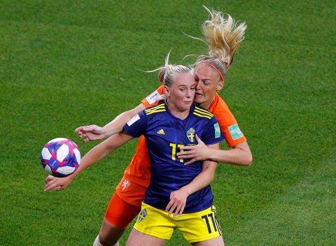 Stina Blackstenius og Sverige tapte fortjent mot Nederland og Stefanie Van Der Gragt i semifinalen. Vi tror ikke Sverige slår England i lørdagens bronsefinale. (AP Photo/Francois Mori)