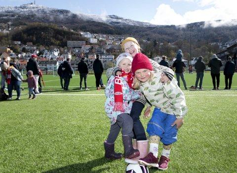 Søsknene Håkan (4) og Åsa Juuhl Myrbråten (7) og venninnen Vilde Soldal (6 1/2) koste seg på Nymark lørdag, mens de noe større supporterne sang og blusset for Brann-guttene før seriepremieren. FOTO: SKJALG EKELAND