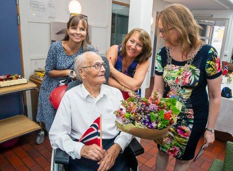 Jubilant: André sammen med døtrene Grete (bak til venstre), Elin og randabergordfører Kristine.