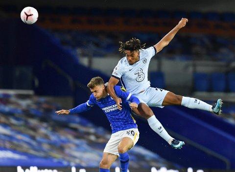 Chelseas Reece James (i hvit trøye) ble en av de store spillerne i oppgjøret mot Brighton mandag kveld. Det ga 14 poeng i Fantasy Premier League, og sørget for store utslag på den lokale manger-tabellen. Her er James i duell med Solly March
