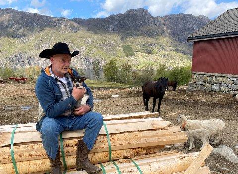 RIKT DYRELIV: Utvalet er stort, så for dyreglade leirdeltakarar skal det godt gjerast å ikkje finna ein favoritt blant hestane, sauene, kyrne, grisene, hundane og valpane, hønene og kaninane til Arvid Mæland.