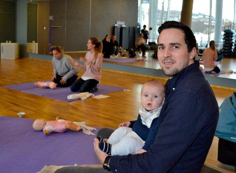 Pappa Erik Smith med lille Helmer, fem måneder, er på førstehjelpskurs. Mamma Martine Backer-Owe (i bakgrunnen t.v.) får instruksjon av kursleder Cathrine Nedberg.