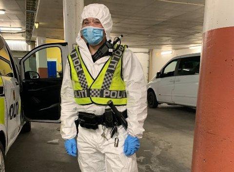 Her gjør en politibetjent fra Drammen seg klar til å rykke ut på et koronarelatert oppdrag. – Vi har et stort fokus på å unngå å bli smittet, sier Jan Dystland, seksjonsleder for patruljeseksjon hos politiet i Drammen.