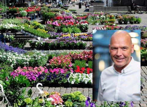 BLOMSTER: Deleier Fred Lowe håper selskapet Torget Blomster AS snart kan fylle Bragernes torg med blomster.