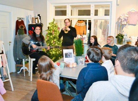Mona Lisa Lieng hadde med seg trompetist James Robert Hendry da hun slapp Julekvitrevisa blant vestfossinger, garn og gensere hos Molene i Storgata i Vestfossen.